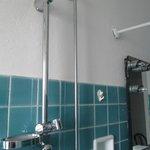 doccia vicino a fili luce specchio