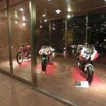 ホテル入り口すぐのバイク展示