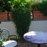 Es una pequeña terraza individual