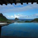 Bonita vista do restaurante, mas piscina pouco íntima...