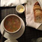 これがチキンヌードルスープです。美味しい!