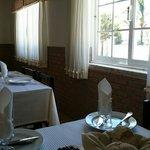 Mesas de uma pequena área para refeições mais tranquilas e às vezes aproveitada por fumadores.