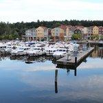 Blick über den Yachthafen zum Hotel