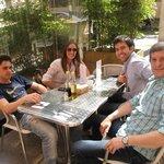 Almorzando en el bar del Hotel en la vereda