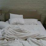 Quarto mais simples, cama queen.