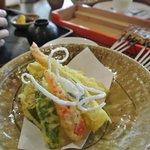 湯葉の天ぷら、中にヤマイモがとろっとしてた