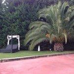 Zona de relax frente a la piscina