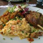 Confit de canard, ratatouille et gratin de pommes de terre.