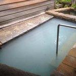 露天風呂    白濁し内湯より硫黄臭が強い
