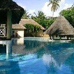 La piscine fait le tour du bar sur pilotis... géante !!