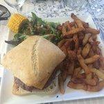 Burger et frites maison copieux et bon