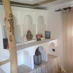 Ogni angolo della stanza è curato nei dettagli. Adoro il legno decorato e intarsiato.
