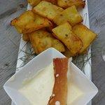 Frittelle di patate con fonduta di formaggi