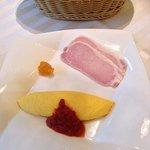 朝食のオムレツ、ハム、コンフィチュール