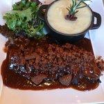 Magret de canard en crumble sauce aux figues et purée au foie gras