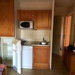 Pièce à vivre / cuisine. Pas de lumière dans le frigo. Chauffe eau dans le placard de gauche. Il
