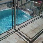 piscine de l'hôtel vue de la terrasse
