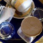 Staubige, fast leere Instantkaffee Dose. Unverpackte Teebeutel. Unhygienisch!