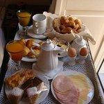 Шикарный завтрак, сервировали на балконе со скатертью