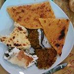 Porzione di misto con tre tipi di torte salate, farinata e acciuga ripiena