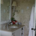 Bathroom in Mango (Garden Cottage) - no electrical outlets for anything except shavers