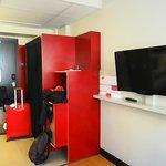 entrada habitación, armarios y TV