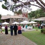 El patio donde se sirven los entrantes antes del banquete de boda