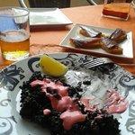 Artoz negro con alioli rosa y tostas de atun con mermelada de tomate
