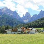 Veduta dell'albergo e Val Fiscalina