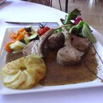Le carré d'agneau rôti, légumes au thym
