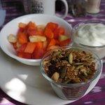 Granola & yoghurt with fruit
