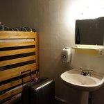 Lavabo et miroir dans la chambre