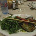 Surtido de verduras a la plancha, con salsa al pesto, huevos escalfados y rúcula