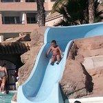 Un tobogan de las piscinas