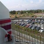 Vistas desde habitación. Se ve el aparcamiento del hotel.
