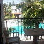 balkon met uitzicht op het zwembad