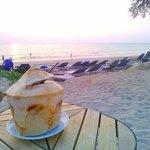 Mon coco frais sur la plage de l'hôtel