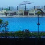 La piscine...sous la mousson! (au loin, les toits!)