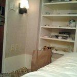 la valigia incastrata, per il poco spazio, fra il letto e la porta!