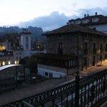 La carretera nacional y el entorno urbano de Puente Viesgo desde la habitación