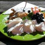 strudel con panna e frutta