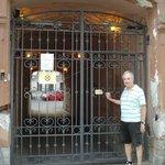 Puerta sobre la vereda