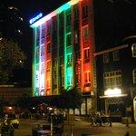 Panoramica notturna sull'esterno dell'hotel