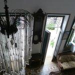 Foto interna , tirada do segundo andar da Pousada: belo lustre  e relógio antigo