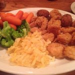 Fried shrimp with hash browns, broccoli and carrots. And hushpuppies! Delicious.