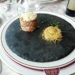 tartare de boeuf au basilic et parmesan, oeuf de caille sur son nid