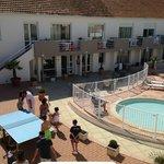 Vue de la terrasse sur l'accueil et la piscine