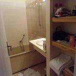 la salle de bain avec baignoire wc lavabo etagere