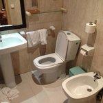Il bagno di una camera tipo.