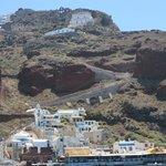 Blick zum Eselpfad vom Amoudi Hafen nach Oia